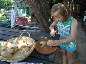 Hanna schneidet Brot