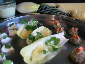 Häppchenauswahl, Ananas und Feldsalat mit Currymayonnaise auf Chicoreeblättern, Gurkenscheiben mit Brennnessel-Minze-Linsen, Rettich mit Meerettichcreme und Winterportulak