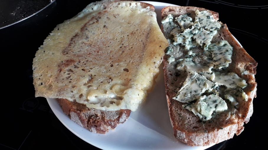 Käsekrüstchen und warm schmelzendes Brennnesselbutterbrot